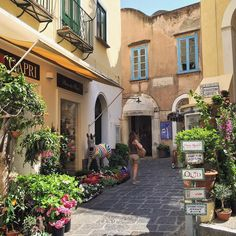 Wandering through the narrow streets of #Capri.  What a lovely atmosphere you can breathe in this #island...