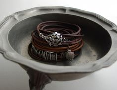 Leather bracelet tutorial - not in English, but good pictures: bead balance IDEA BLOG
