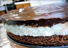 La torta bounty si prepara realizzando una base con la farina il cioccolato e gli altri ingredienti, un secondo strato con la farina di cocco ed il semolino e una copertura con una glassa di cioccolato fondente. Ecco i passaggi per la torta bounty.