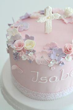Eine kleine Tauftorte in rosa und weiß mit ganz vielen Blumen, Blüten, Schmetterlingen und einem Kreuz aus weißer Spitze für die kleine Isabell.