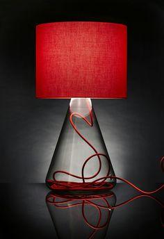 Lámpara de mesa con cables a la vista