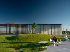 A hill-like green roof with a skylight helps to blend this public library by Toronto architecture firm RDHA into its grassy surrounds. Toronto Architecture, Facade Architecture, Amazing Architecture, Roof Edge, Architect Magazine, Picnic Area, Nature Scenes, Sustainable Design, Skylight