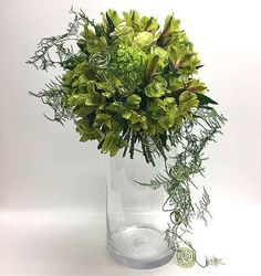 Garden Greens is one trend that combines fresh flowers with natural materials such as mosses, succulents, vines, cones, pods and foliage.