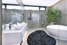 Koupelna rodičů přímo navazuje na ložnici. Je vybavena luxusní vanou, umyvadly i bateriemi z kolekce Axor Jeana-Marie Massauda i sprchovým koutem a klozetem. Nábytek je zhotovený na míru.