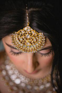 Looking for Bride wearing massive maangtikka? Browse of latest bridal photos, lehenga & jewelry designs, decor ideas, etc. Tika Jewelry, Indian Jewelry Earrings, Headpiece Jewelry, Indian Jewelry Sets, Fancy Jewellery, Indian Wedding Jewelry, Jewelry Design Earrings, Indian Bridal, Bridal Jewelry