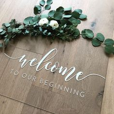 We are obsessed with this acrylic welcome sign (and obviously the greenery). Is anyone else thinking of going acrylic for their wedding?…