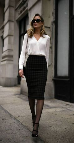 Pencil skirt outfits // casual skirt outfits // how to wear skirt outfits // fashion casual outfits // trending women's clothes // office outfits ideas Business Outfit Damen, Classy Business Outfits, Business Attire, Business Clothes, Business Fashion, Business Skirts, Elegantes Business Outfit, Elegantes Outfit, Office Outfits Women