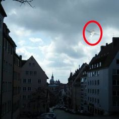 Photo of unidentified flying thingy taken in Germany Ufo, Scary, Creepy, Mysteries Of The World, Unidentified Flying Object, Space Aliens, Mothman, Weird Things, Ancient Aliens