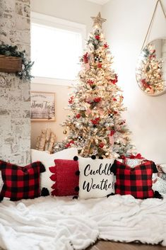 Amazing Christmas Apartment Decorating Ideas - Christmas is all about fun, gifts, presents, food, spending time with family and friends and more. The best part of Christmas is decorating outside th. Christmas Interiors, Christmas Bedroom, Christmas Mood, Apartment Christmas, Simple Christmas, Home Decor For Christmas, Christmas Ideas, Christmas Place, Christmas Living Rooms