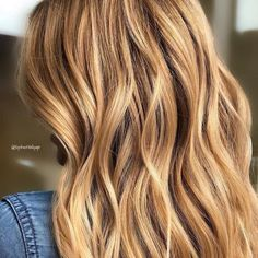 Model with long wavy hair in warm blonde and highlights created with Blondor Freelights and Color Touch Beach Blonde Hair, Caramel Blonde Hair, Warm Blonde Hair, Blonde Hair Shades, Hair Color Caramel, Golden Blonde Hair, Blonde Hair Looks, Honey Blonde Hair, Beige Blonde