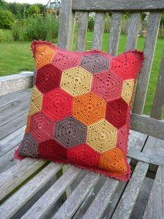 le coussin en rouge... Crochet Cushion <3