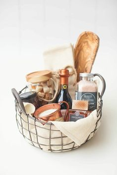 In a special collaboration, Abby Larson, the editor and founder of Style Me Pretty, worked with HomeGoods to curate gorgeous gift baskets that you can easily re-create. Diy Gift Baskets, Gift Hampers, Chef Gift Basket, Goodie Basket, Holiday Gift Baskets, Baby Shower Gift Basket, Food Gifts, Craft Gifts, Diy Gifts