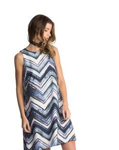 O VESTIDO SHIFT DECOTE é peça versátil, leve e indispensável no seu guarda-roupa em qualquer estação. Feito em crepe encorpado em modelagem reta, possui recortes discretos nas costas, estilizando e detalhando a peça. Botões metálicos e faixa em tecido resinado compõem o detalhe na parte posterior do vestido.