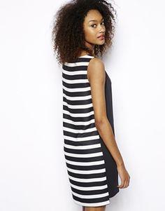 La versione più fresca e giovane del little black dress? Ha delle righe bianche e nere sul retro! Scopri di più su Listupp.   Mini abito b/w  #fashion