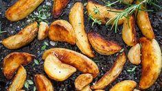 Het bestaat: deze frietjes maak je zelf en zijn wél gezond    Voor 4 personen: 8 grote aardappelen 2 eetlepels olijfolie paprikapoeder peper -----In de oven 1.Verwarm de oven voor op 180 °C. 2. Kook de aardappelen in hun geheel gedurende 5 minuten in een weinig water. 3. Snijd de aardappelen in frietjes of partjes. 4.Bak ze 30 min gaar en draai om tot ze goudbruin