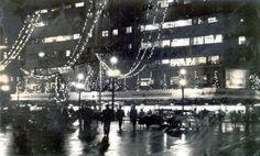 Uma bela foto noturna de 1957 onde vemos o Mappin com decoração natalina e que ficava na Praça Ramos centro de São Paulo/SP.  (Foto Memórias Paulistanas).