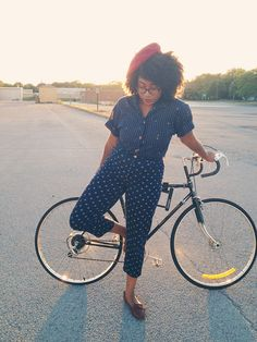 AVANT BLARGH: bicyclettes et bérets <--- chic look while biking. Hipster Grunge, Grunge Goth, Over The Top, Rockabilly, Street Style Vintage, Horse Riding Clothes, Polka Dot Pants, Polka Dots, Cycle Chic