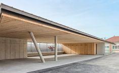 A Livry-Gargan en Seine Saint Denis, les architectes Kyunglan Yoon et Philippe Seux de l'agence Yoonseux Architectes viennent de livrer un projet d'extension de l'école Jean Jaurès II. Une nouvelle réalisation qui vient se lover entre les deux p...