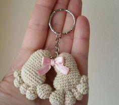 huellas de bebe amigurumi - free pattern, but needs translation Crochet Diy, Love Crochet, Crochet Gifts, Crochet Dolls, Crochet Flowers, Crochet Keychain, Crochet Earrings, Amigurumi Patterns, Crochet Patterns