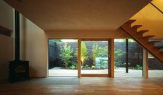 リビングより中庭を見る。広縁の様なテラスとつながり内部空間に拡がりを生み出す。