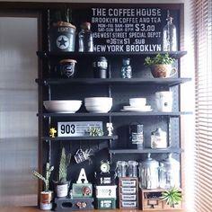 100均やホームセンターで購入できるシンプルな有孔ボード。一人暮らしのワンルームマンションなど、狭いスペースで収納を確保するために大活躍してくれるのをご存知ですか?有孔ボードと一緒にフックやバスケットを利用して、壁を最大限に活用する収納アイデアをご紹介します。