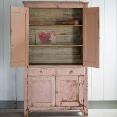 The Shabby Chic décor style popularized by Rachel Ashwell and Arhaus seeks to have an opulent vintage look. Shabby Chic furniture is given a distressed look by covered in sanded milk paint. The whole décor style has an intriguing flea market look. Shabby Chic Style, Cottage Shabby Chic, Shabby Chic Mode, Shabby Chic Couture, Shabby Chic Interiors, Shabby Chic Kitchen, Shabby Chic Furniture, Vintage Furniture, Shabby Chic Dressers