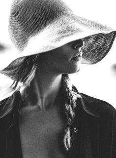 Side view of a woman in a floppy brim straw hat Hippie Style, My Style, French Style, Dior, Fedora Hat Women, Sun Hats For Women, Edward Weston, Love Hat, Mademoiselle