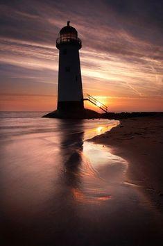 Salida del sol, faro, Gales del Norte