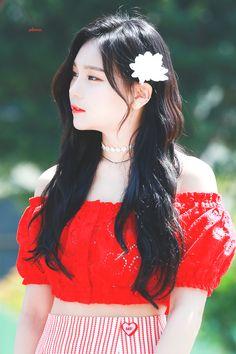 Why do I think she looks like Yeji(Itzy) Extended Play, South Korean Girls, Korean Girl Groups, Kim Ye Won, Gfriend Sowon, G Friend, Girl Bands, Beautiful Person, Korean Singer