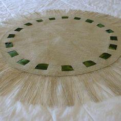 Arpillera de mesa redonda con cintas verdes y franja
