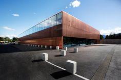 Dreifachsporthalle in Kärnten / Halbtransparenter Kupferschleier - Architektur und Architekten - News / Meldungen / Nachrichten - BauNetz.de...