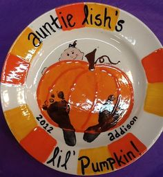 Check out this super cute pumpkin plate, painted O'Rourke Knight {Houston} by one of our managers for her niece. For me just the pumpkin and maybe a haunted house and black cat Fall Paintings, Autumn Painting, Cute Pumpkin, Baby In Pumpkin, Pottery Painting, Ceramic Painting, Halloween Prints, Happy Halloween, Toddler Crafts
