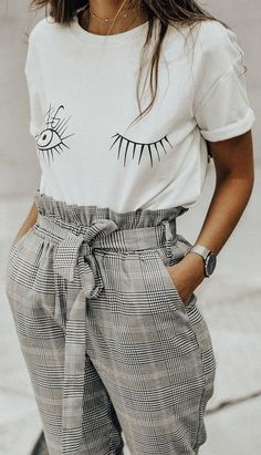 How to wear a checked pantalon | Statement tee | White tee | T-shirts | Silver watch | Inspo | More on fashionchick.nl