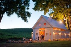 Love the way the barn is lit up. But I would definitely never have a white barn. Jardin Decor, Barn Parties, Barns Sheds, Dream Barn, White Barn, Old Barns, Small Barns, Vineyard Wedding, The Ranch
