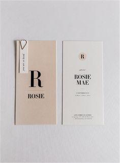 """Geboortekaartje - soft & modern """"Rosie Mae"""". Dit geboortekaartje is stijlvol in de eenvoud. Met enkel de benodigde informatie in mooie sierlijke letters. Het geboortekaartje is gedrukt om mooi luxe papier. Het kaartje kun je personaliseren door middel van een touwtje in een kleur die bij jullie past. Daarnaast zijn ook de kleuren van de achtergrond aan te passen. Maak het pakketje helemaal compleet met luxe langwerpige enveloppen en bijpassende sluitzegels."""