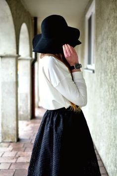 FASHION WEEK BACKSTAGE - Fashion blog - outift - midi skirt - sweater - casual chic - hat - oozoo watch