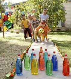Backyard Bowling ~ Add a few drops of food coloring to ten clear plastic bottles of water. Stand them up on flat ground, use party streamers as lane margins. Break glowsticks in the bottles for lawn bowling at night. this is AWESOME! Outdoor Activities For Kids, Party Activities, Childcare Activities, Youth Activities, Fun Halloween Games, Recycled Art Projects, Diy Projects, Summer Fun List, Motto