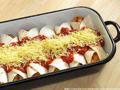 Selbstgemachte Enchiladas con Pollo mit Huhn / Hühnchen oder Pute. Überbackene Tortillas mit Tomatensoße, Käse und selbstgemachter Guacamole.