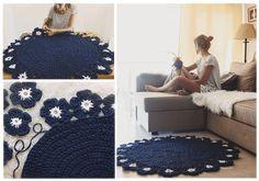 Patrón de esta maravillosa alfombra redonda con flores tejida a trapillo. Personalmente, me ha encantado y es muy fácil de hacer incluso aunque no tengas mucha experiencia en crochet. DIY Alfombra trapillo Navideña con forma de EstrellaAlfombra en círculos con trapillo DIYJuego de baño a crochet de Búho dormilónComo hacer una alfombra en …