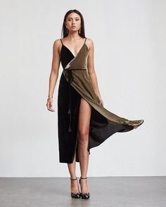Vestido bicolor de terciopelo con escote en pico, tirante finos y diseño wrap de Reformation.