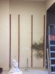 Raspe y saneamos las humedades Vamos a panelar con Dm hidrofugo de 16 mm Primero, los paneles tienen que estar separados de las paredes para que exista circulación de aire
