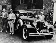Old images show mobsters such as Al Capone during their crime sprees in America in the Depression-era where mobsters tried to get rich quick Tatto Gangster, Real Gangster, Mafia Gangster, Old Images, Old Pictures, Vintage Photographs, Vintage Photos, Vintage Cars, 1920s Gangsters