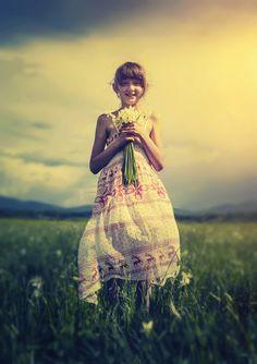 フリー写真, 人物, 子供, 女の子, 外国の女の子, ポートレイト, 全身, 草原, 人と花, 花束,