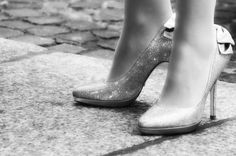 Women often have their feet in unnatural angles in high heels. We hit them on pavement and asphalt, cover them in airless socks and shoes or stand on them all day. It's no secret that each of our feet cannot always stand up to the pressure. High Heel Inserts, Moda Floral, Stiletto Heels, Shoes Heels, Mens Walking Shoes, Shoe Image, Best Shoes For Men, Open Toe High Heels, Shoes Online