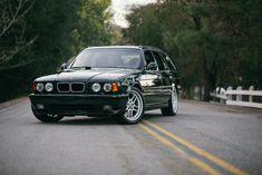 Один из 20 BMW M5 E34 Touring «Elekta» ушел с молотка за 120 000 зеленых  Девяностые были интересным временем для автоиндустрии. Для американских автомобилей они были просто ужасны, подарив миру такие авто, как Cadillac Catera, Gio Metro и худший Мустанг на свете. В то же время были популяр