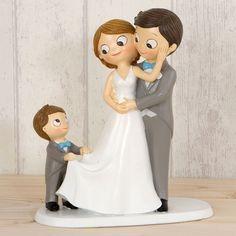 Cake topper o figura para pastel de bodas, los novios están con un niño a paje que lleva la cola del vestido de la novia. También podría ser un hijo de alguno de ellos.