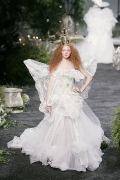Christian Dior at Couture Fall 2005 - Runway Photos Christian Dior Couture, Dior Haute Couture, Christian Siriano, Galliano Dior, John Galliano, Red Hair Model, Costumes Couture, Lily Cole, French Fashion Designers
