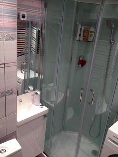 раковина для маленькой ванной, душевая кабина с дверцей