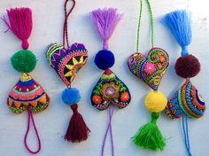 Colgante de corazón para bolso o puerta Felt Applique, Embroidery Applique, Embroidery Patterns, Felt Pincushions, Mexican Embroidery, Lavender Bags, Felt Hearts, Diy Halloween Decorations, Fabric Art