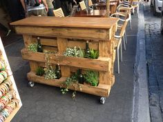 Separador macetero y mesa sencilla hecha con dos palets y for Bar madera sevilla